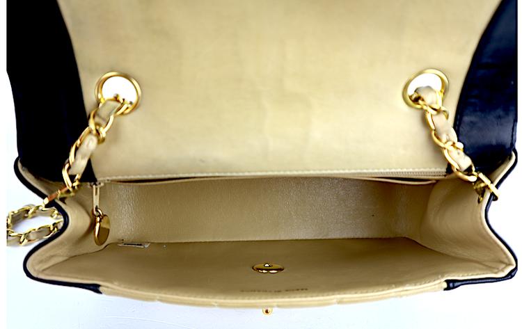 CHANEL DIANA Small Flap Svart- Beige Lammskin Väska