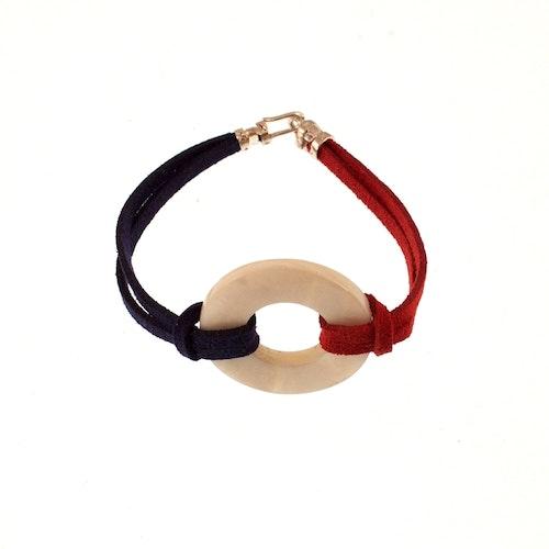 Armband av mockaimitation och pärlemor