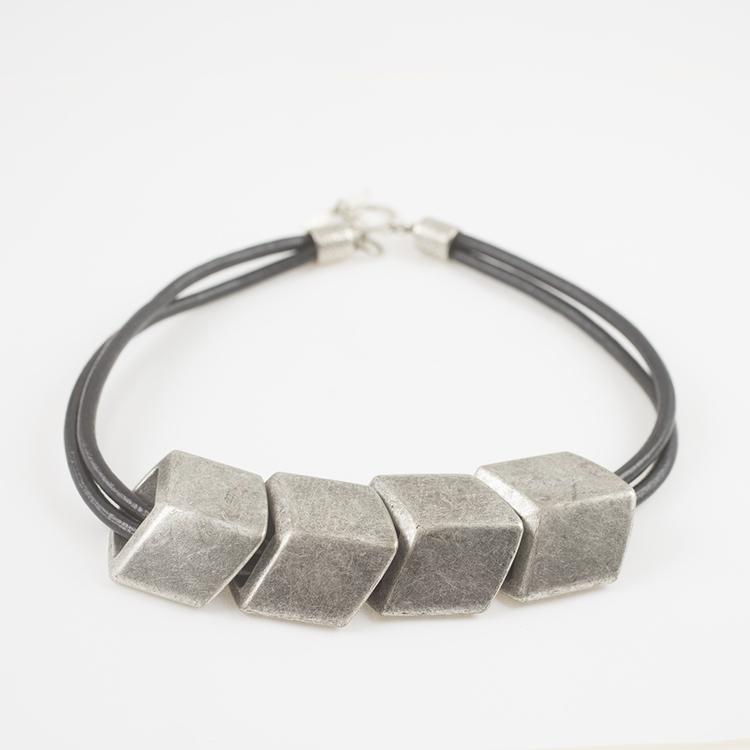 halsband med stora silverfärgade pärlor