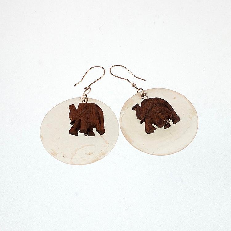 Örhängen med stora vita pärlemorplattor och elefanter