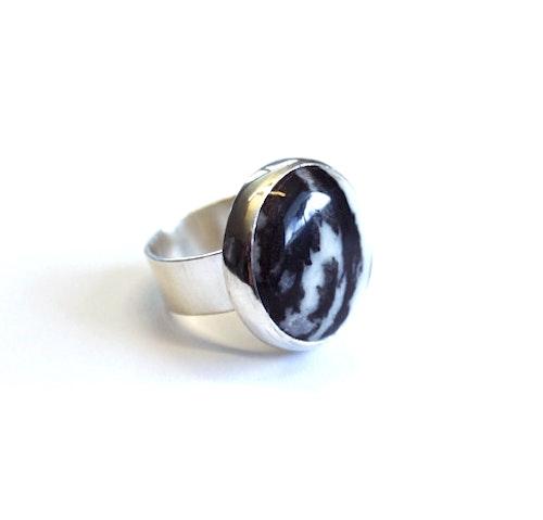 Ring av äkta silver med zebra-agat
