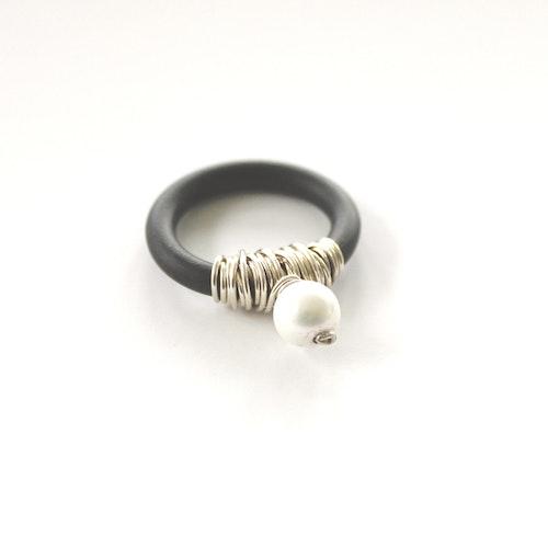 Ring med silvertrassel och pärla