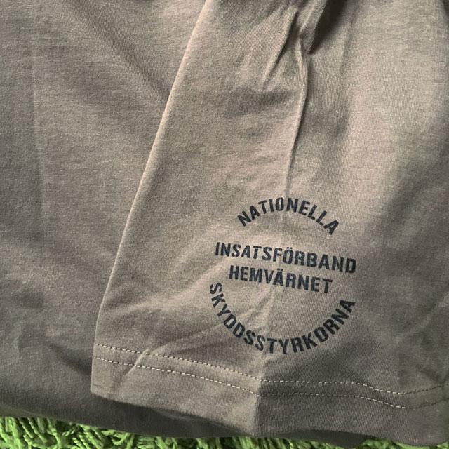 Vänster ärmtryck på en T-Shirt 231.IK.