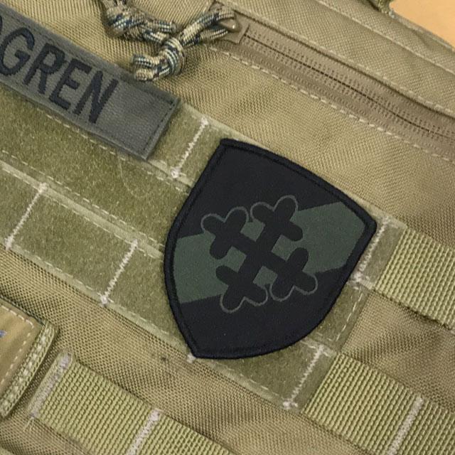 Tygmärke med kardborre 231.IK på en väska.
