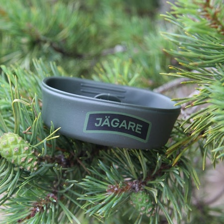 Folding Cup JÄGARE Green/Black/Green with pinetree background.