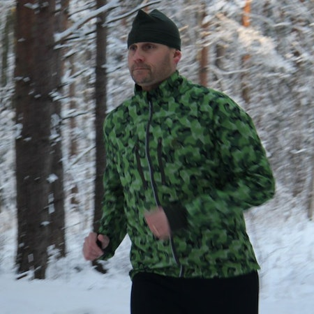 Running in the Swedish winter forest wearinf a Running Jacket M90 MI.