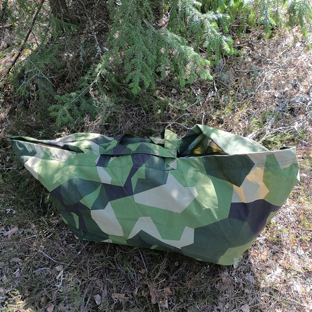 The camouflage on the Biggie Bag M90 melts in with its surroundings in the Swedish forest.