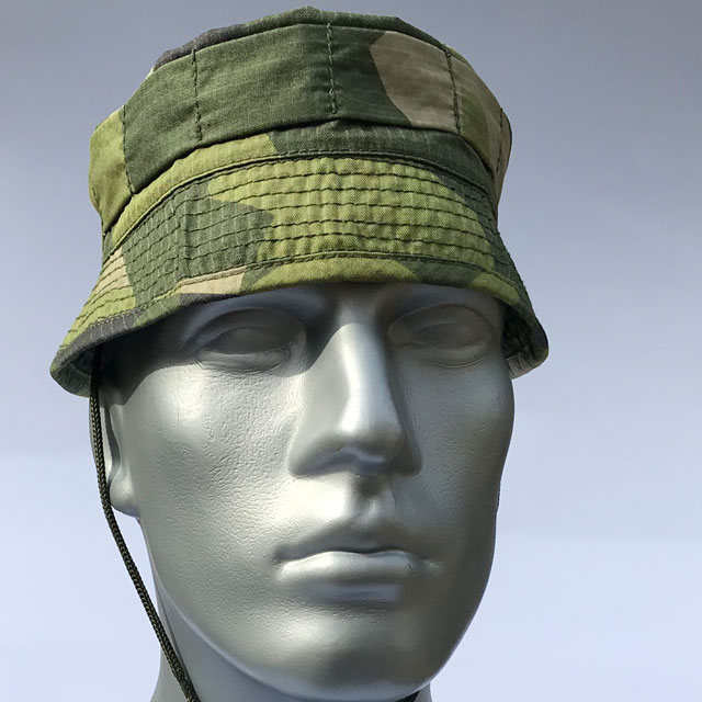 Front view of Mannequin wearing a Bush hat M90.