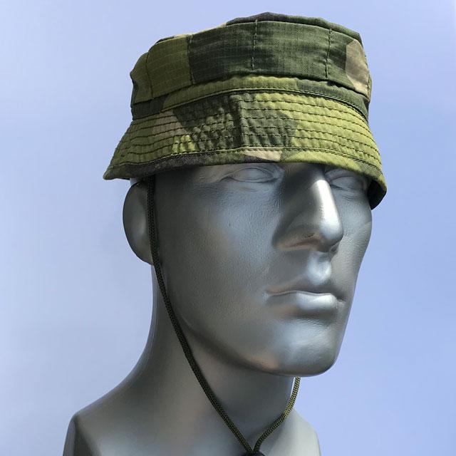Mannequin wearing a Bush hat M90.