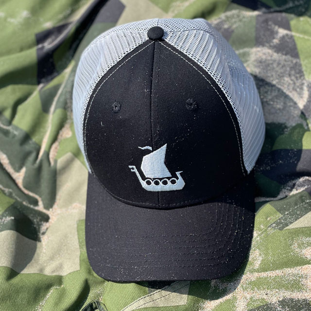 Mesh Cap Black and Grey on a Tarp Light M90 on the beach seen from the top
