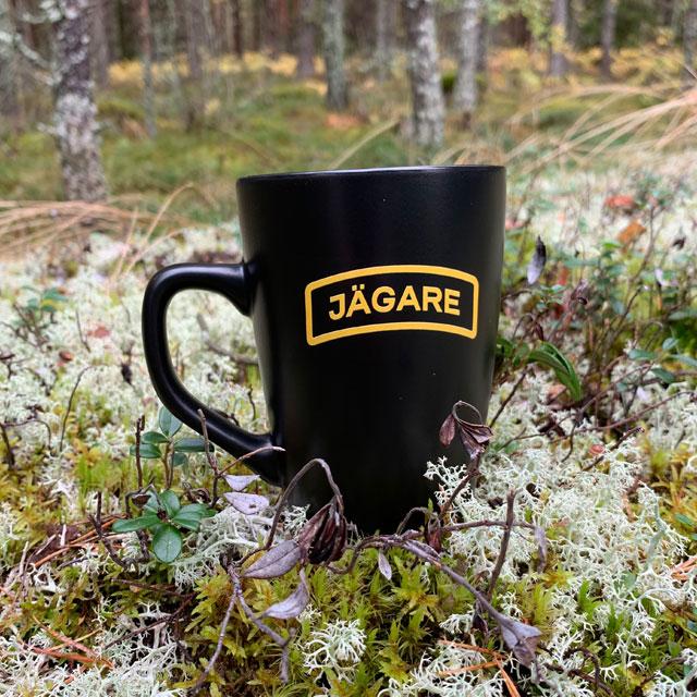 En Kaffemugg JÄGARE Black fungerar lika bra i skogen som på kontoret!