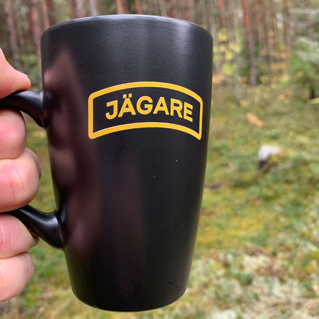 En Kaffemugg JÄGARE Black i närbild