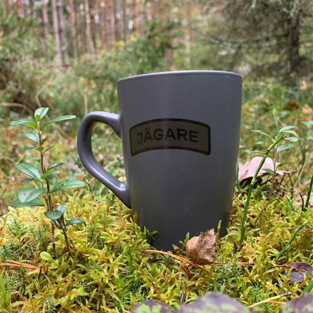 Kaffemugg JÄGARE Grey sedd snett framifrån