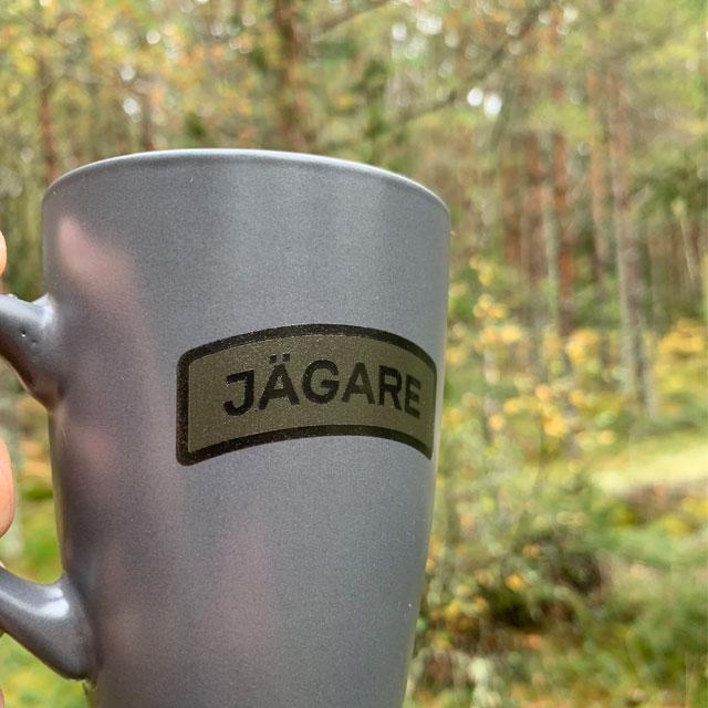 Närbild på Jägarebågen på en Kaffemugg JÄGARE Grey