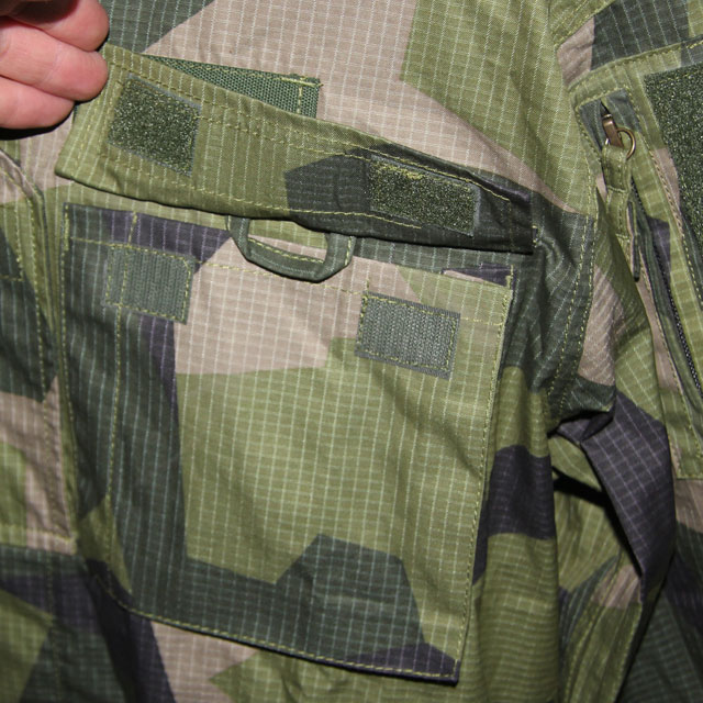 Breast pocket with open lid showing the sunglass holder loop on a Field Shirt M90.