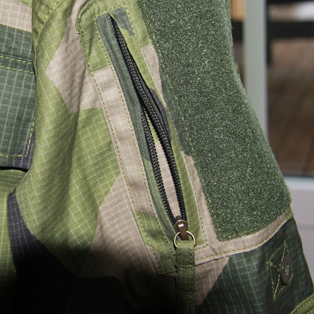 Arm pocket zipper on a Field Shirt M90.