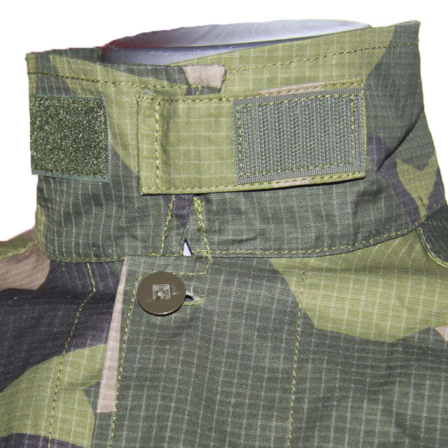Collar closure on a Field Shirt M90.
