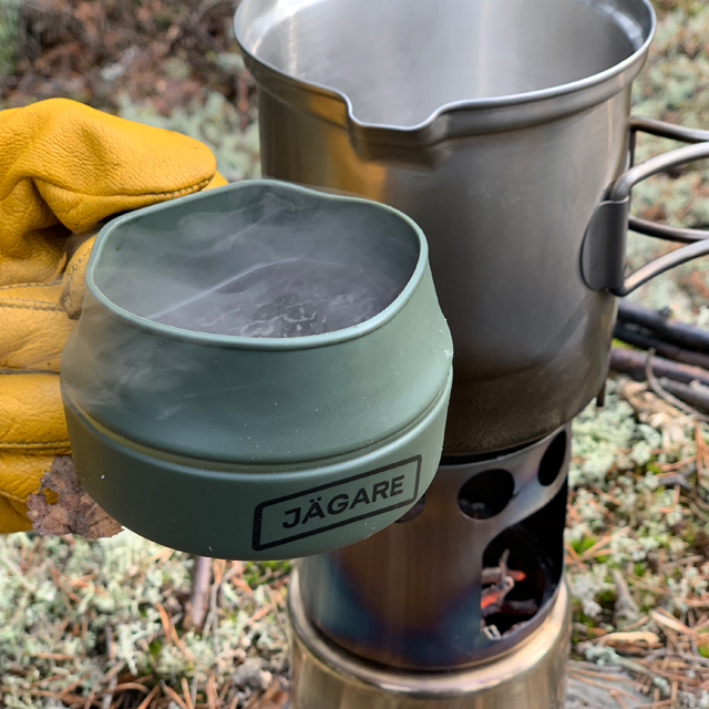 Hot smoking coffee in a Folding Cup JÄGARE OD Black/Green/Black in the Swedish forest