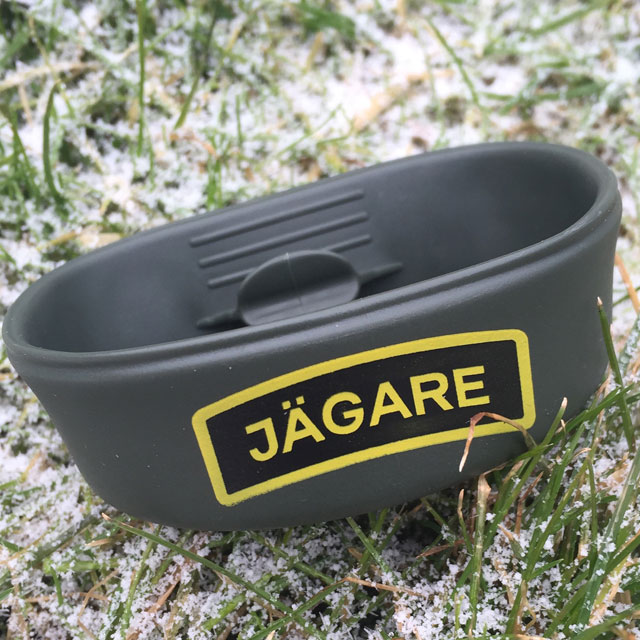 With frosty background this Folding Cup JÄGARE OD Yellow/Black/Yellow print really stands out.