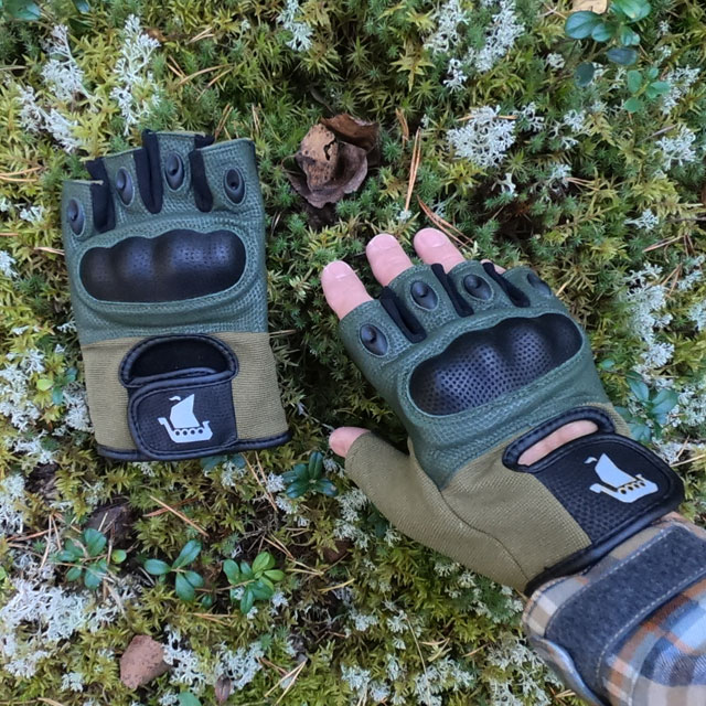 Short Finger Tactical Glove Green with Swedish forest background