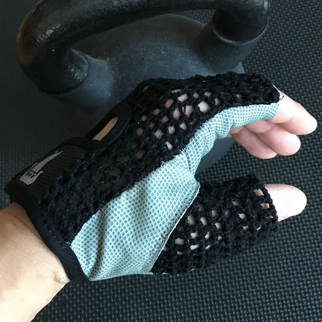 Sideview of a Training Glove Net Black.