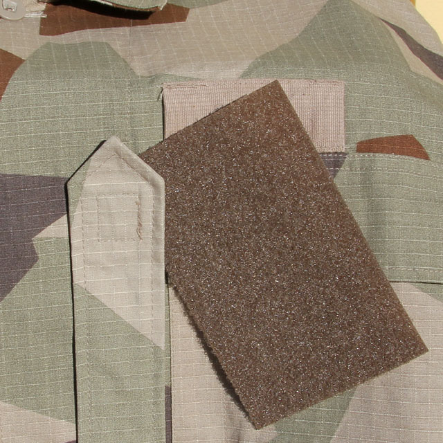 Kardborre Panel 9x14 Brown on a M90K desert camouflage background.