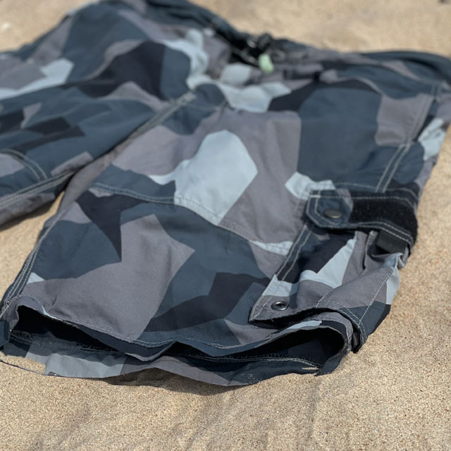 Closer look on the leg end of a pair of NEPTUNE Shorts M90 Grey in the sun