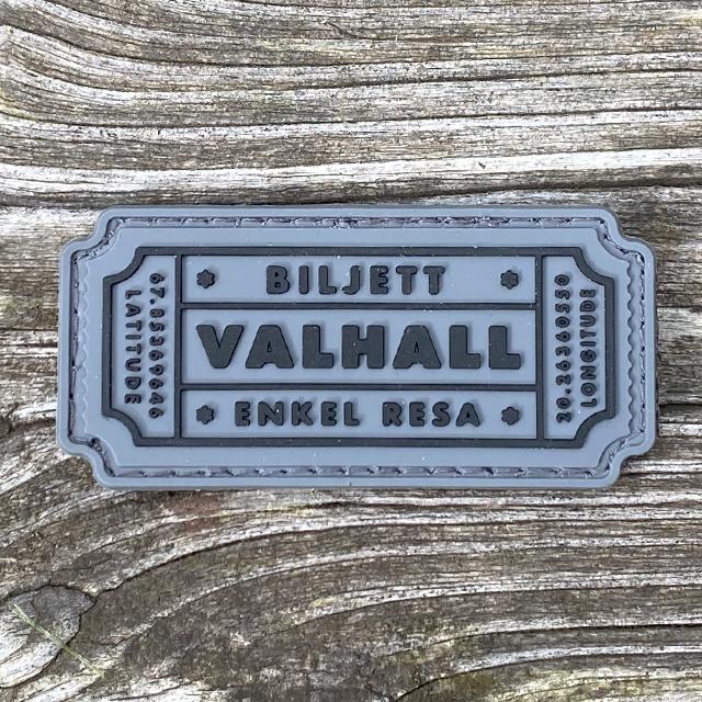 Biljett Valhall PVC Grå liggandes på ett golv av trä