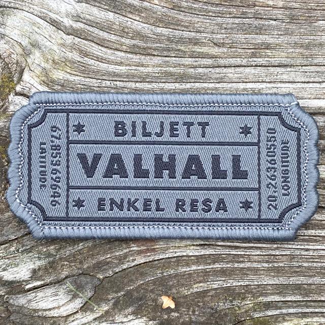 Biljett Valhall Grå på ett golv av trä