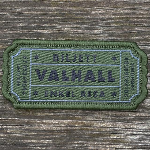 Biljett Valhall Militärgrön med träbakgrund
