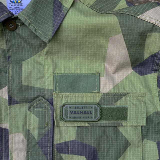 En Biljett Valhall Militärgrön med kardborre på en M90 shirt