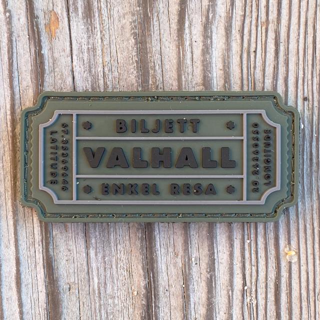 Biljett Valhall PVC Militärgrön liggandes på trägolv