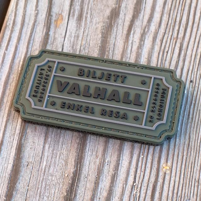 En Biljett Valhall PVC Militärgrön sedd snett från sidan