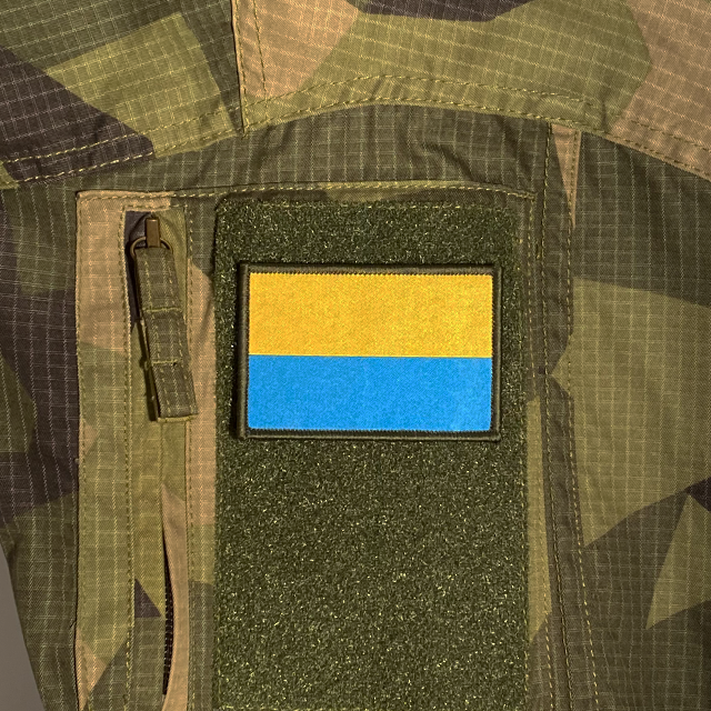 Blå-Gul Hook Patch mounted on a M90 camouflage shirt sleeve