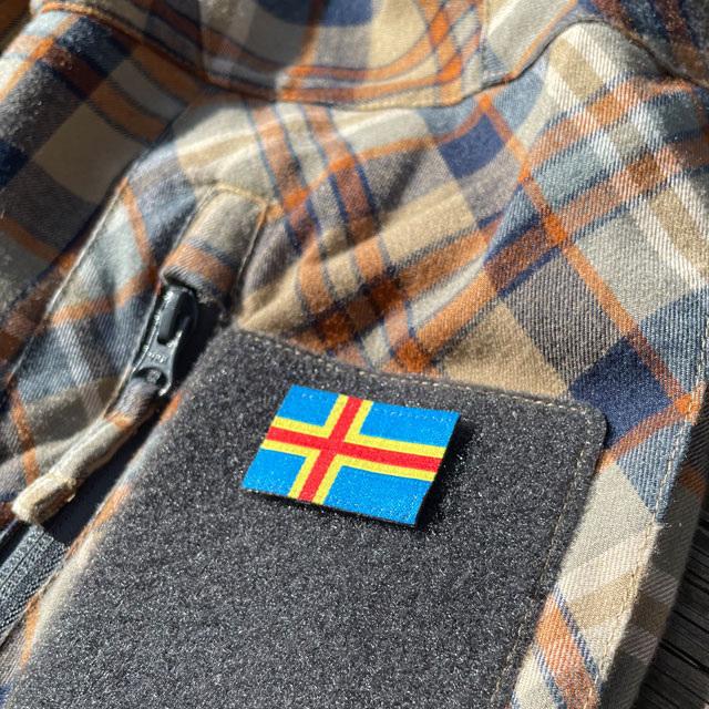 Åland Flag Hook Patch Small from TAC-UP GEAR mounted on the sleve with hook and loop on a shirt