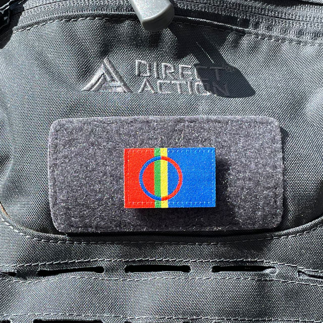 A Sámi Flag Hook Patch Small from TAC-UP GEAR mounted with hook and loop on a grey rucksack