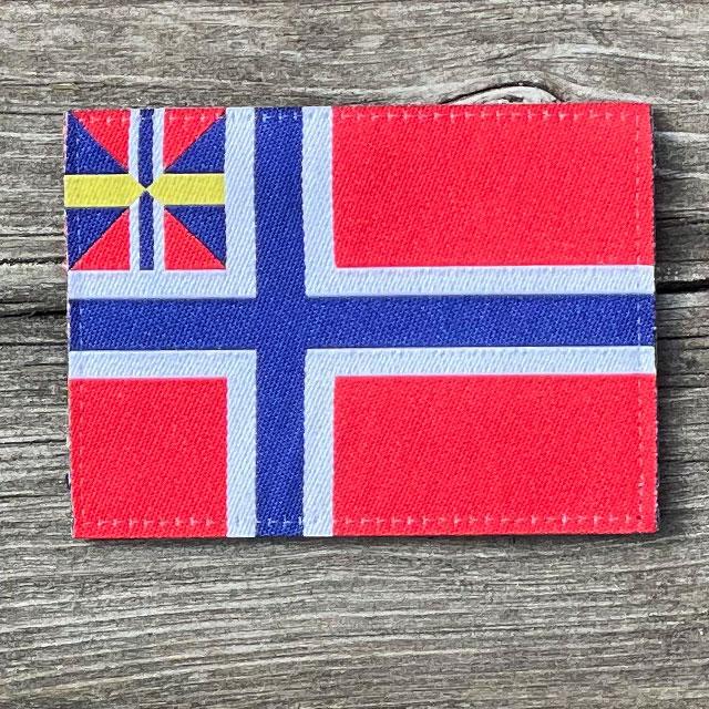 Norges handelsflagga 1844–1898/99 som ett tygmärke med kardborre på baksidan