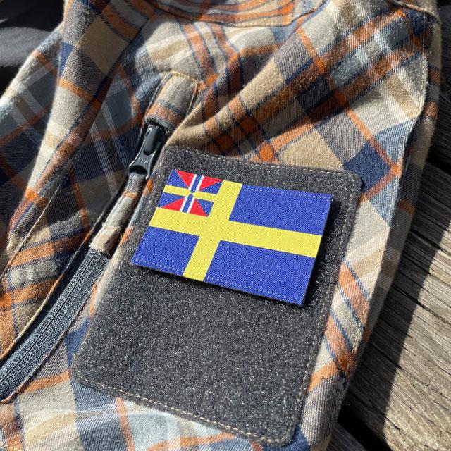 Ett Sveriges handelsflagga 1844–1905 från TAC-UP GEAR monterat på kardborre ärm sedd från sidan