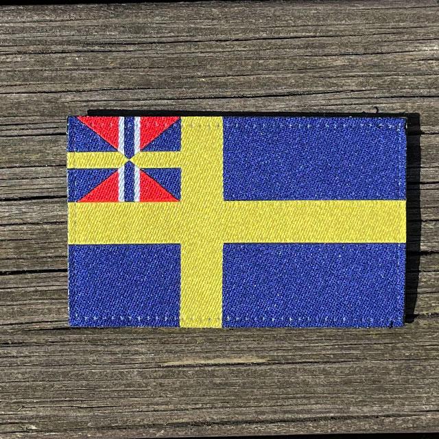 Sveriges handelsflagga 1844–1905 från TAC-UP GEAR liggandes på brädor