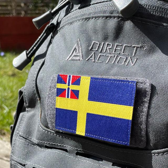 Ett Sveriges handelsflagga 1844–1905 från TAC-UP GEAR monterat på en grå ryggsäck