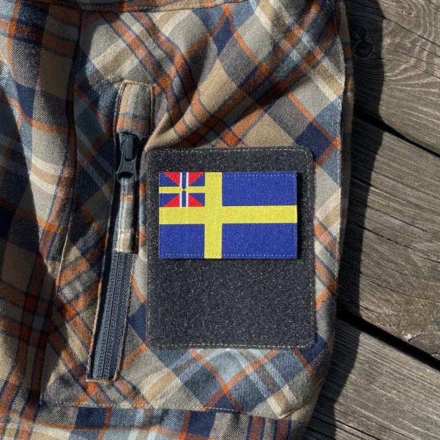 Ett Sveriges handelsflagga 1844–1905 från TAC-UP GEAR monterat på kardborre ärm