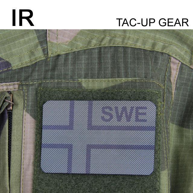 Ett IR - SWE Flagga Dual IFF Grön/Svart märke monterat på ärmen på en Field Shirt M90.