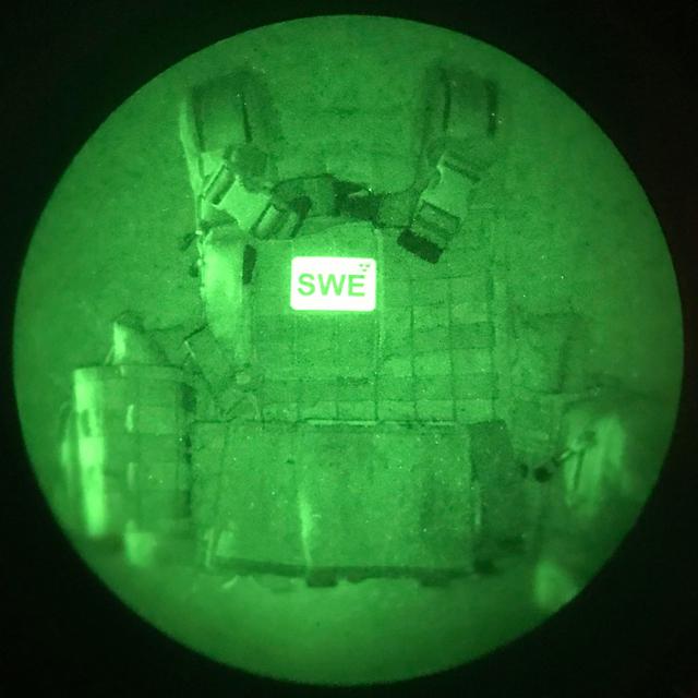 IR - SWE Flagga Dual IFF Grön/Svart märke på stridsväst fotad med IR instrument