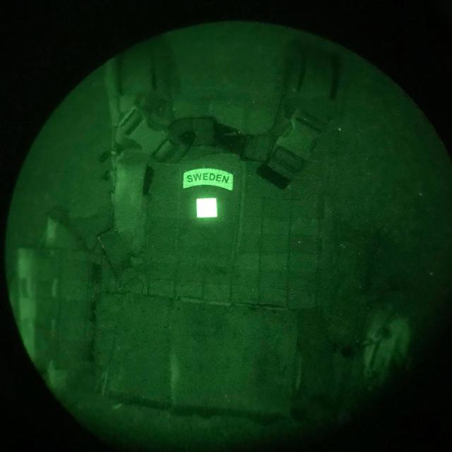 IR - JÄGARE Dual Grön/Svart på stridsväst fotad genom IR instrument och visar då text SWEDEN