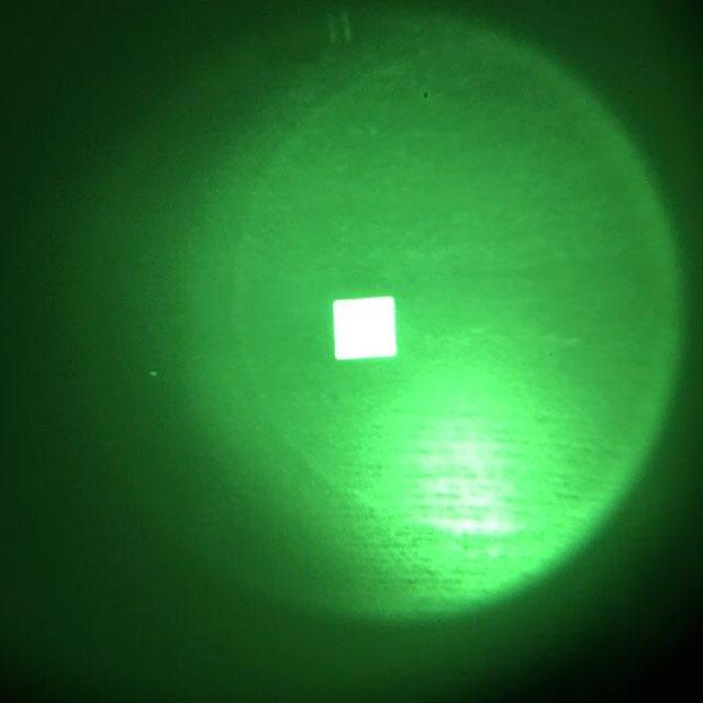 Bilden visar ett IR Black IFF Square PRO märke fotat genom en IR-Kamera.