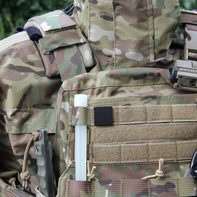 Ett IR Black IFF Square PRO märke fastsatt på en stridsväst i multicam.