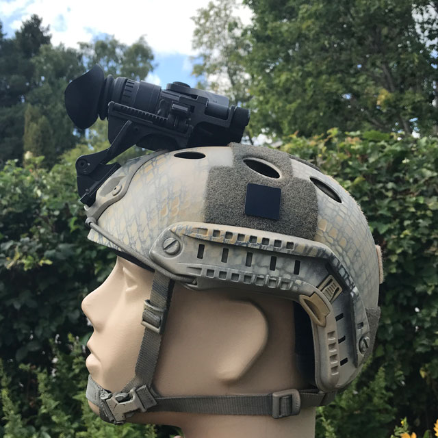 Ett IR Black IFF Square PRO märke på en Ops Core hjälm.