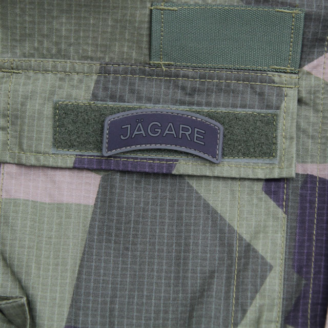 A JÄGARE Green/Black/Green PVC Patch m,ounted on the pocket lid of Field Shirt M90.