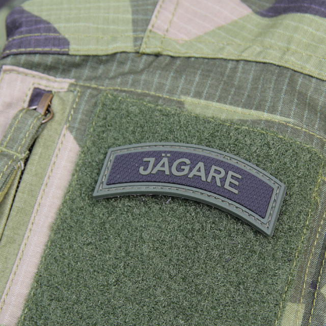 A mounted JÄGARE Green/Black PVC Patch M15 on the arm of a Field Shirt M90.