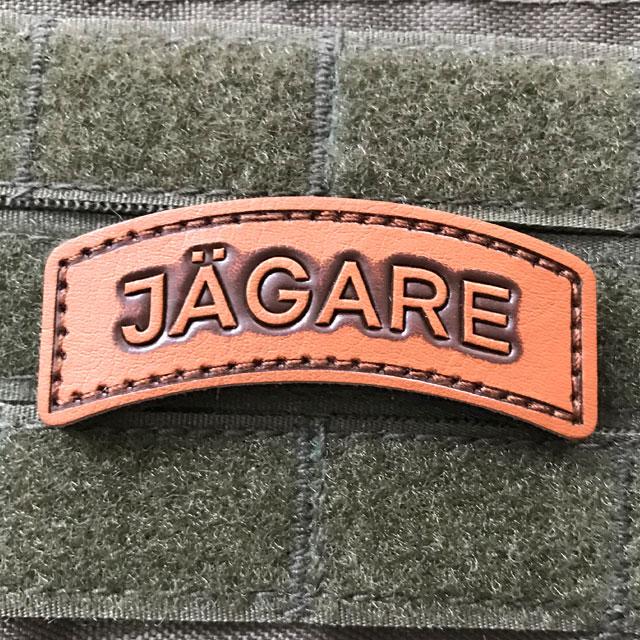 Ett JÄGARE Leather Hook Patch märke i finaste läder monterat på en plate carrier.